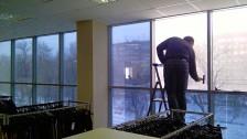 Нанесение архитектурной пленки на стеклянные конструкции оконных блоков в Саратове